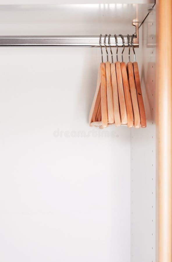 Placard en bois vide avec les crochets en bois Cintres vides pour le Cl photographie stock