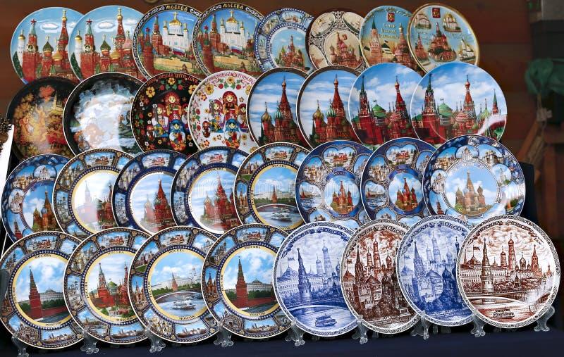 Placas coloridas pintadas del recuerdo con el símbolo de la Moscú fotos de archivo