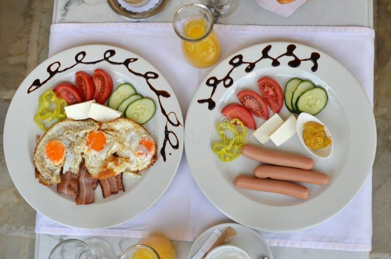 Placas com café da manhã dos ricos fotografia de stock