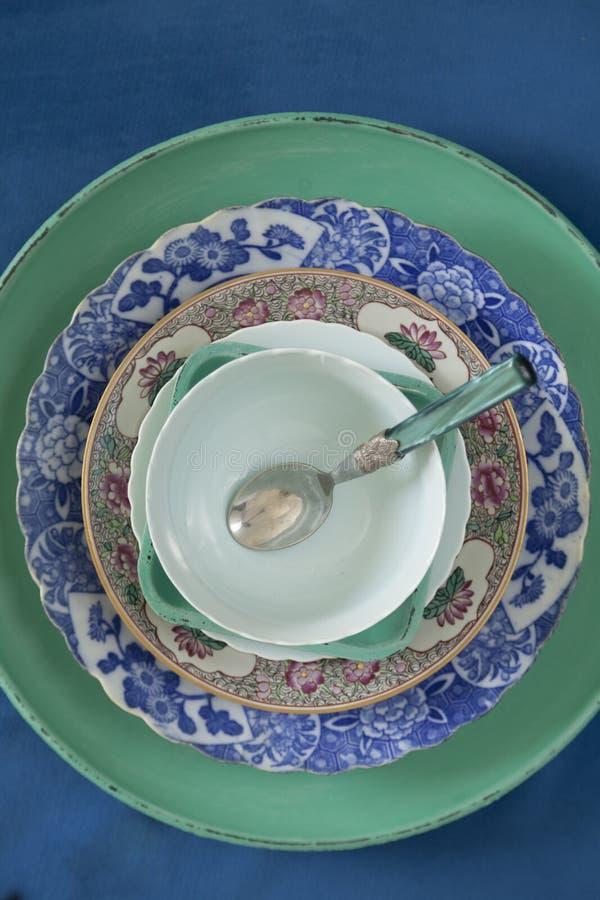 Placas da porcelana em um fundo azul de veludo fotografia de stock