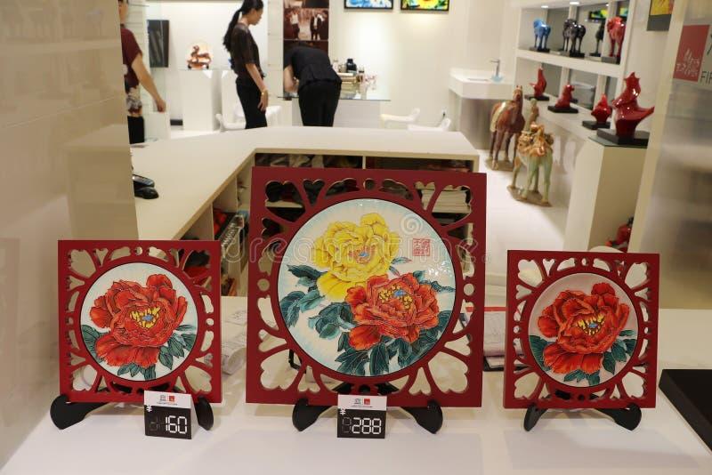 Placas da porcelana da peônia em lojas do turista em Lintong, China foto de stock royalty free