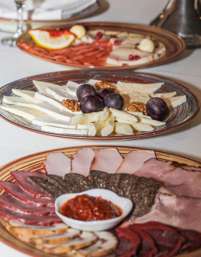 Placas das bandejas do presunto e do queijo grandes foto de stock royalty free