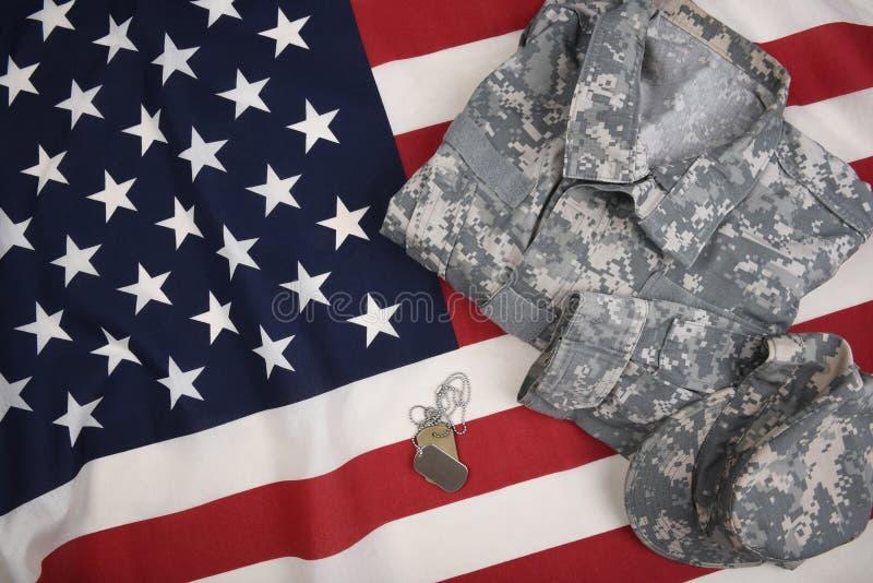 Placas de identificación uniformes del combate y bandera americana imagen de archivo libre de regalías