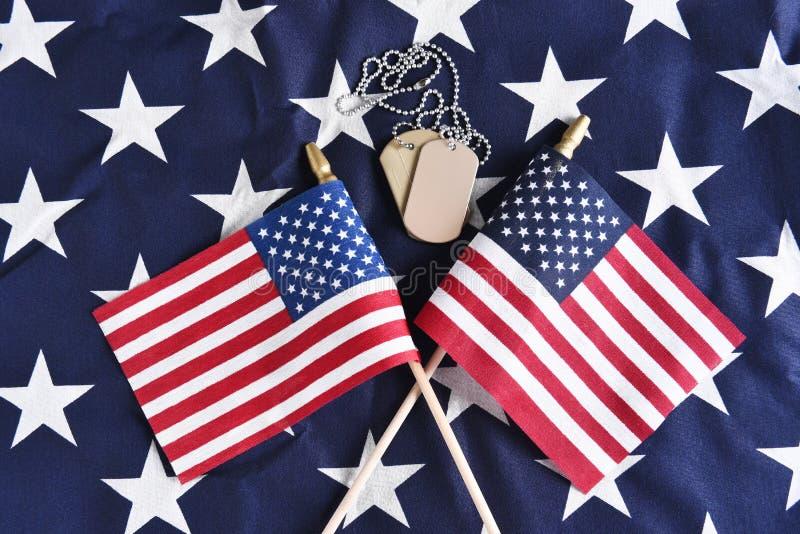 Placas de identificación y banderas cruzadas foto de archivo