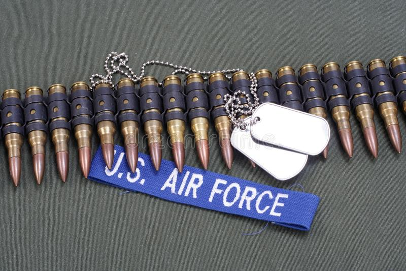 placas de identificación y correa de la munición en el uniforme de la FUERZA AÉREA de los E.E.U.U. imagen de archivo