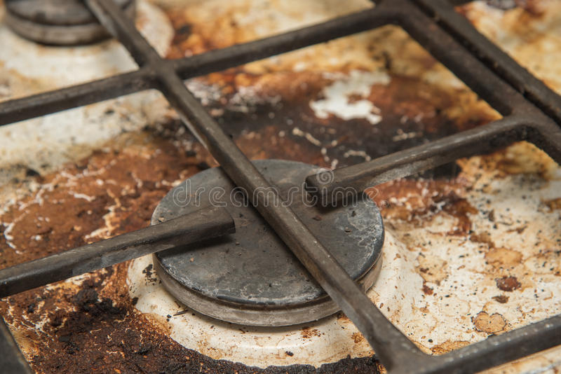 Placas de la cocina de gas manchadas durante cocinar imagen de archivo