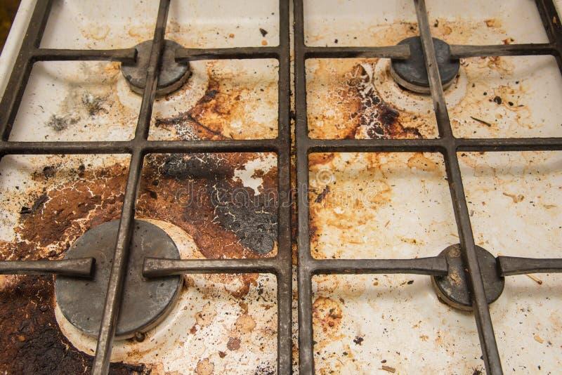 Placas de la cocina de gas manchadas durante cocinar imagenes de archivo