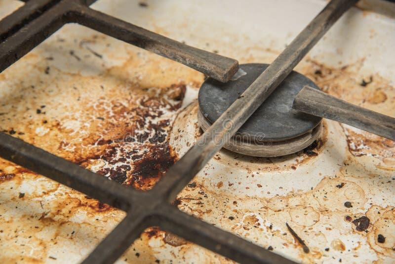 Placas de la cocina de gas manchadas durante cocinar foto de archivo libre de regalías