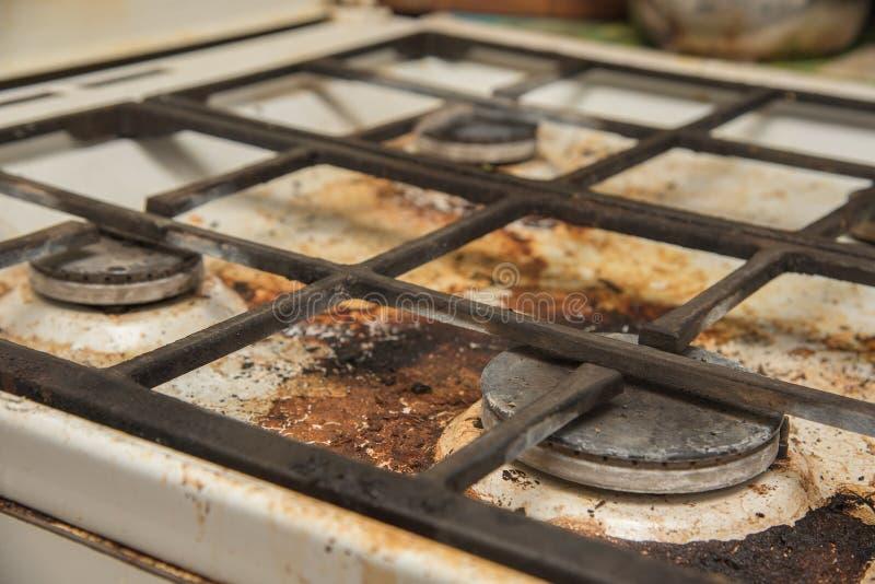 Placas de la cocina de gas manchadas durante cocinar imagen de archivo libre de regalías