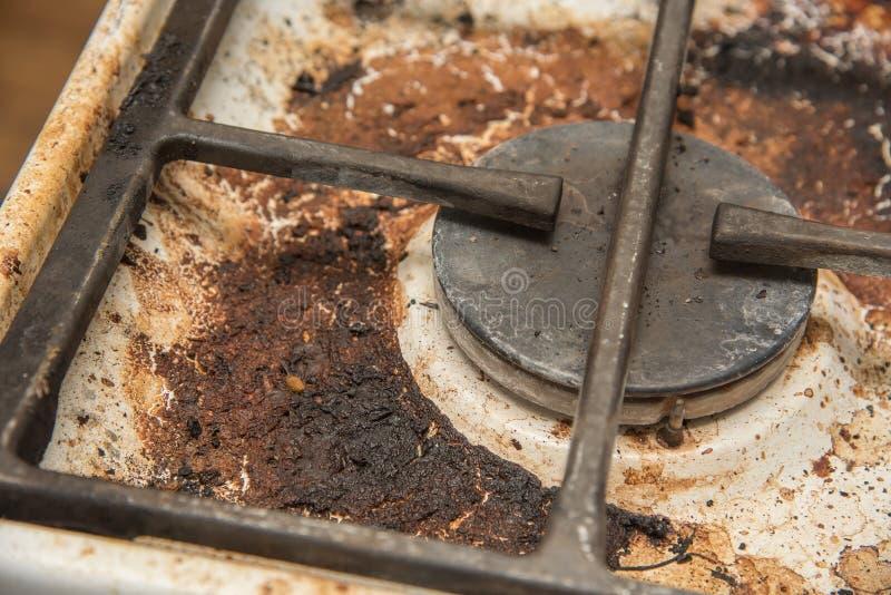 Placas de la cocina de gas manchadas durante cocinar fotos de archivo