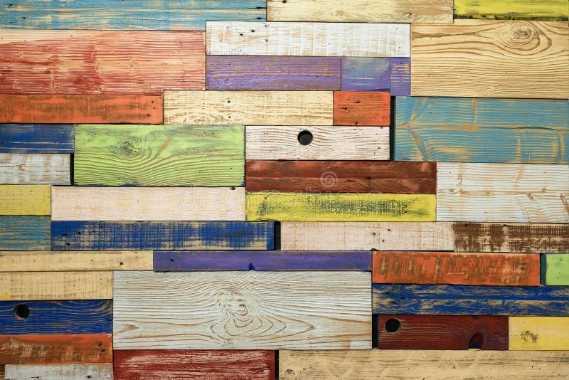 Placas de madeira multicoloridas, tábuas pintadas de parede textura Para um fundo colorido moderno sobre vários tópicos imagem de stock royalty free