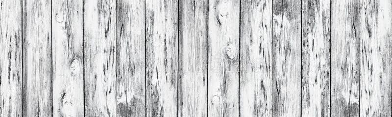 Placas de madeira velhas pintadas brancas resistidas - fundo rural largo fotografia de stock royalty free