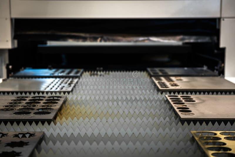 Placas de metal do corte do cortador do laser fotos de stock