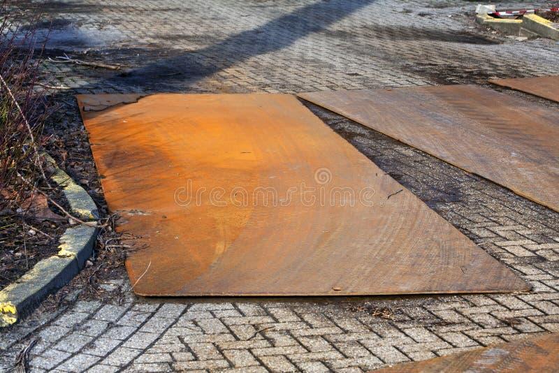 Placas de metal na estrada imagem de stock royalty free