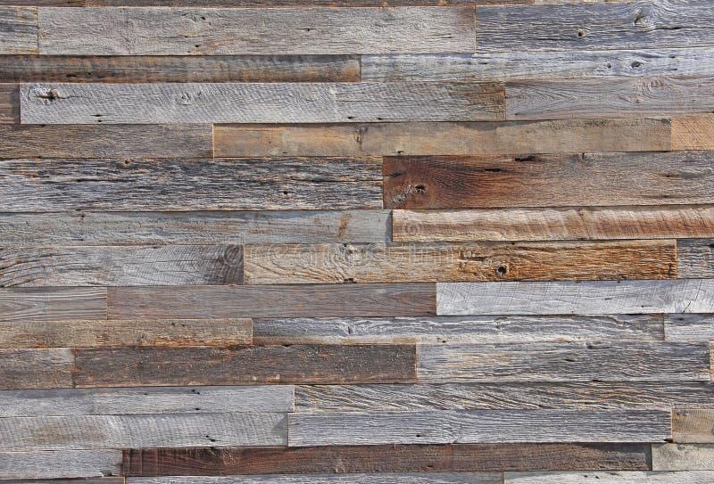 Placas de paneling de madeira envelhecidas do tempo no fundo da parede exterior imagens de stock