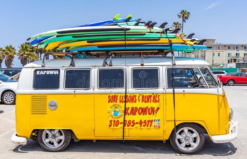 Placas de surf empilhadas num telhado de van amarela, dia ensolarado da primavera praia de Veneza, Califórnia, EUA imagens de stock royalty free