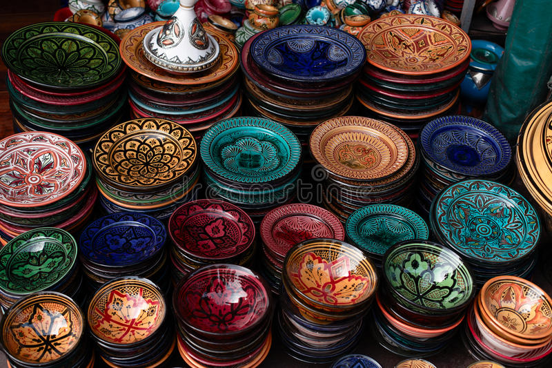 Placas decoradas e lembranças tradicionais de Marrocos fotos de stock