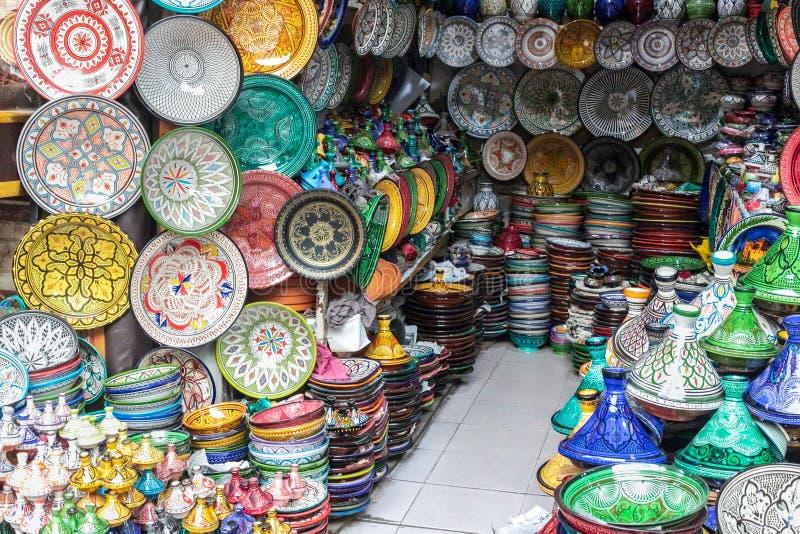 Placas decoradas handcrafted, coloridas árabes tradicionais disparadas no mercado em C4marraquexe, Marrocos fotos de stock royalty free