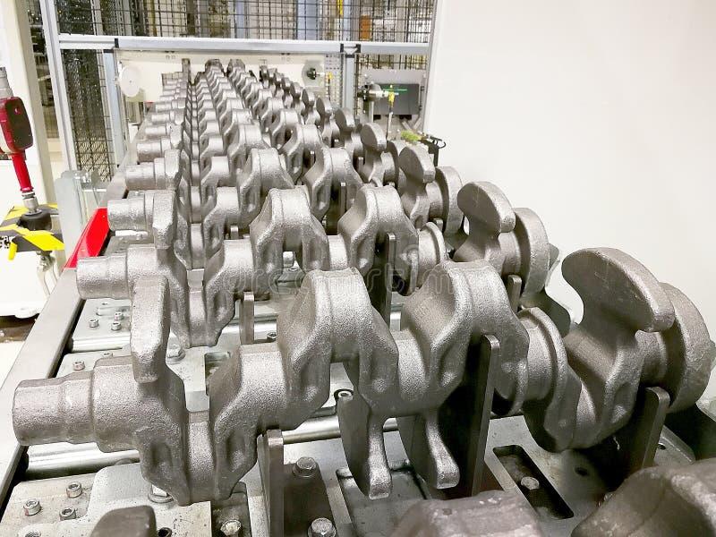 Placas do eixo de manivela no local de processamento na produção imagem de stock royalty free