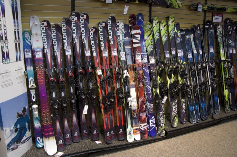 Placas do esqui na loja imagens de stock