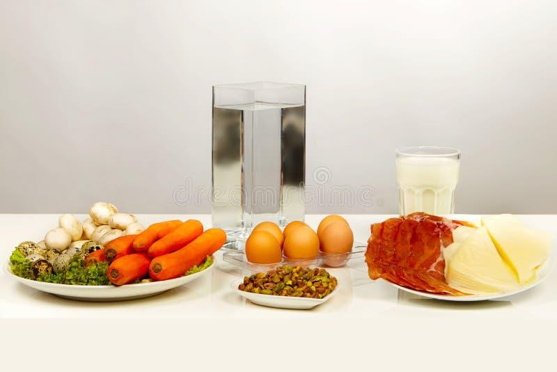 Placas do fruto, dos vegetais e da carne apresentados como uma dieta saudável imagens de stock