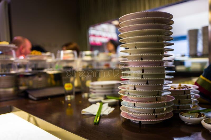 Placas do sushi no restaurante japonês foto de stock