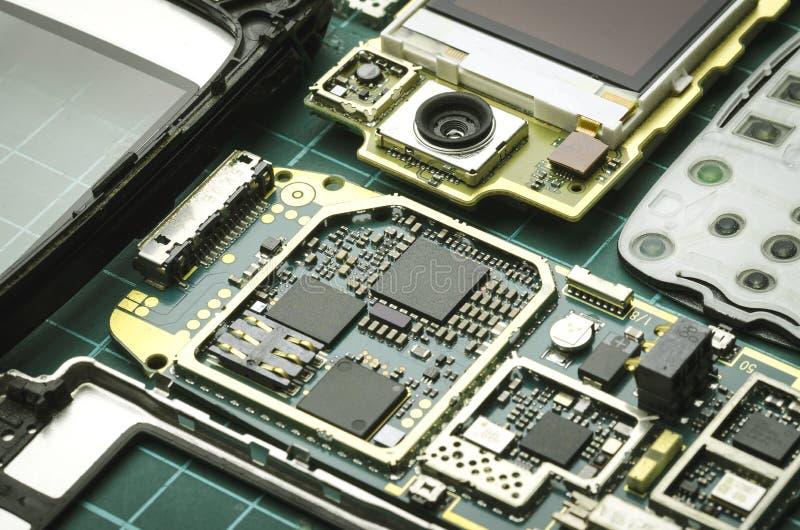 Placas do telefone celular velho desmontado com close-up dos elementos do semicondutor fotos de stock royalty free