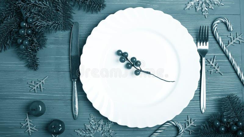 Placas e pratos para a tabela do Natal Ajuste festivo da tabela fotos de stock