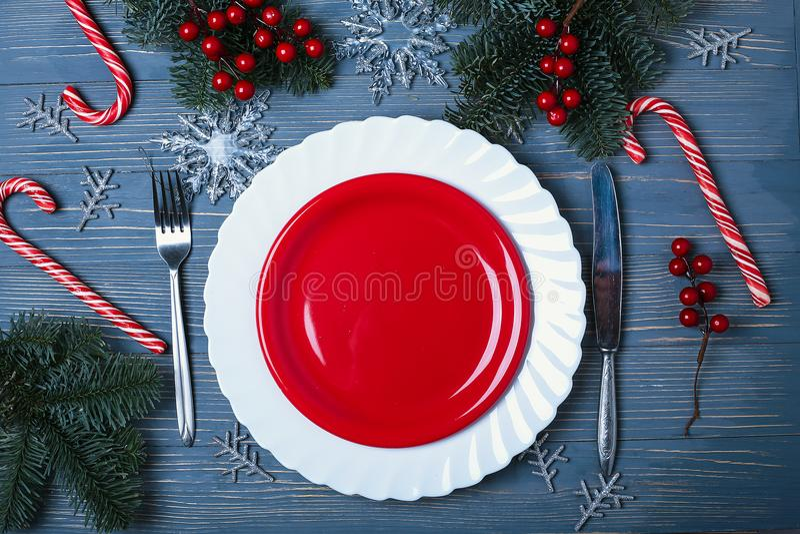 Placas e pratos para a tabela do Natal Ajuste festivo da tabela fotos de stock royalty free