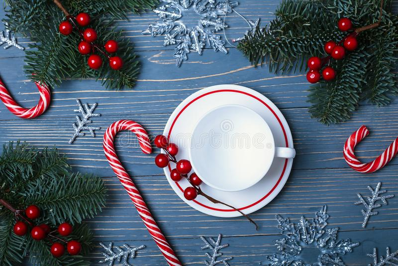 Placas e pratos para a tabela do Natal Ajuste festivo da tabela imagem de stock