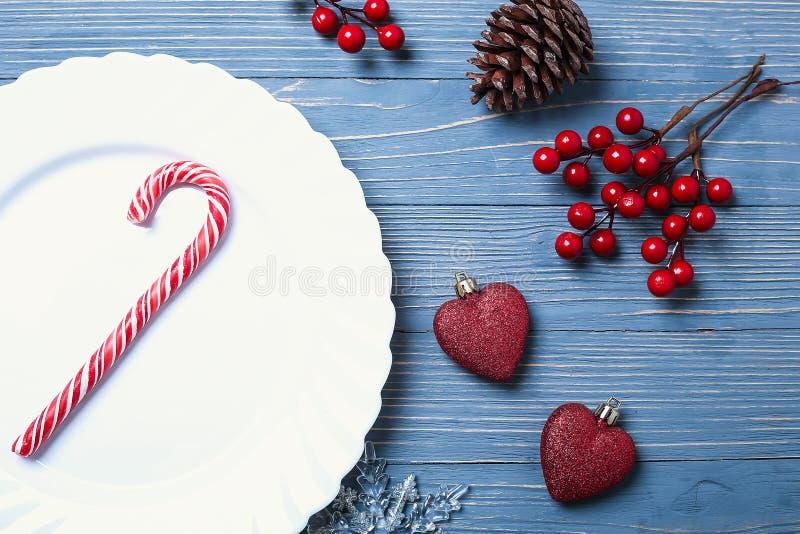Placas e pratos para a tabela do Natal Ajuste festivo da tabela imagens de stock royalty free
