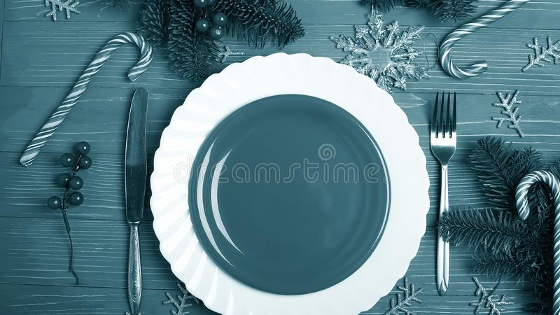 Placas e pratos para a tabela do Natal Ajuste festivo da tabela fotografia de stock