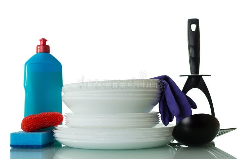 Placas lavadas y medios para lavar los platos aislados en blanco fotos de archivo libres de regalías