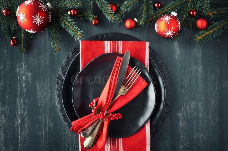 Placas negras y cubiertos del vintage con las decoraciones de la Navidad en g imagen de archivo