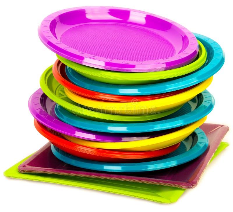 Placas plásticas brilhantes descartáveis empilhadas imagem de stock