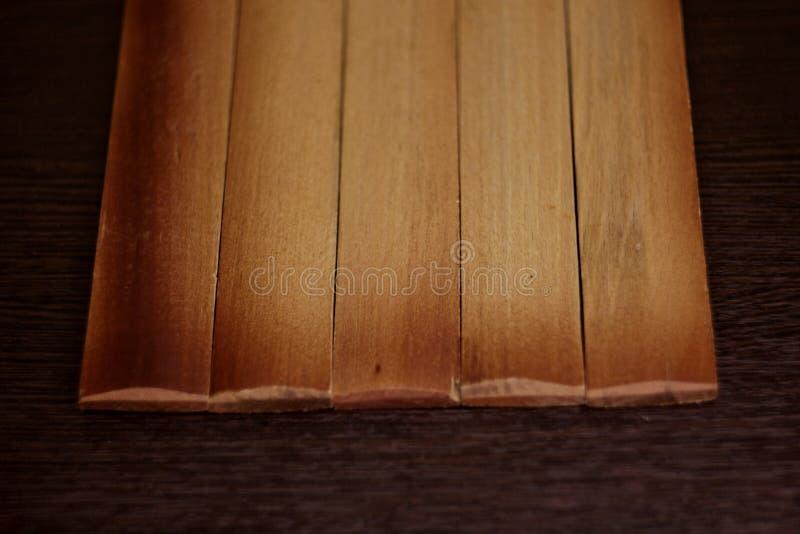 Placas queimadas claras em um fundo de madeira escuro imagens de stock