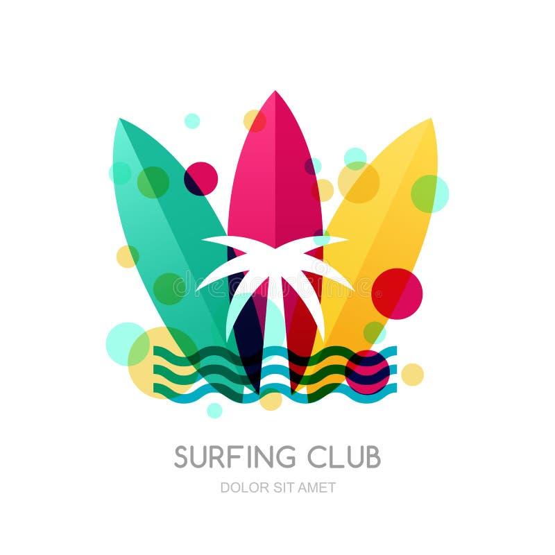 Placas surfando e palma coloridas na praia Férias de verão d ilustração stock
