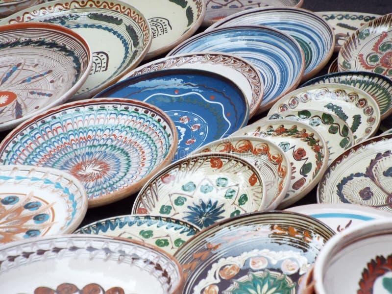 Placas tradicionais pintadas da argila do horezu, romania imagem de stock