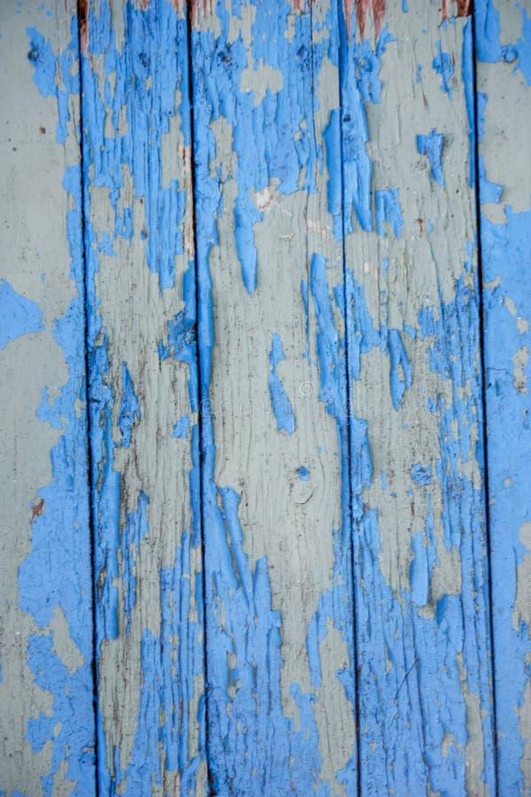 placas verticais de madeira com pintura azul velha rachada para o fundo imagem de stock royalty free