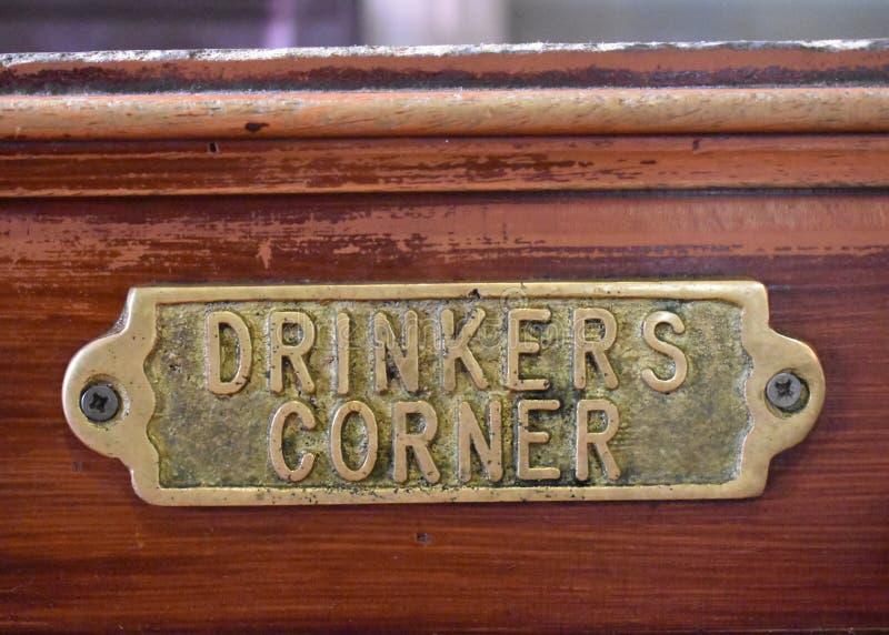 Placca bronzea d'angolo dei bevitori fotografia stock libera da diritti