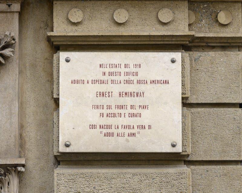 Placca di informazioni per la costruzione usata come ospedale della croce rossa americana in cui Ernest Hemingway è stato curato  fotografia stock