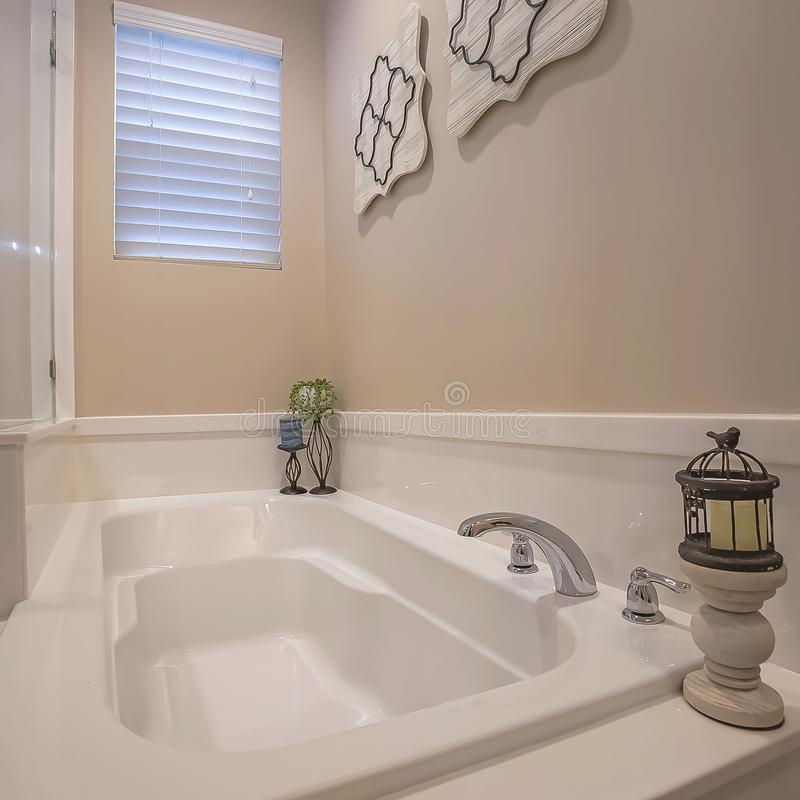 Place établie dans la stalle de baignoire et de douche avec le mur de verre à l'intérieur de la salle de bains d'une maison image stock