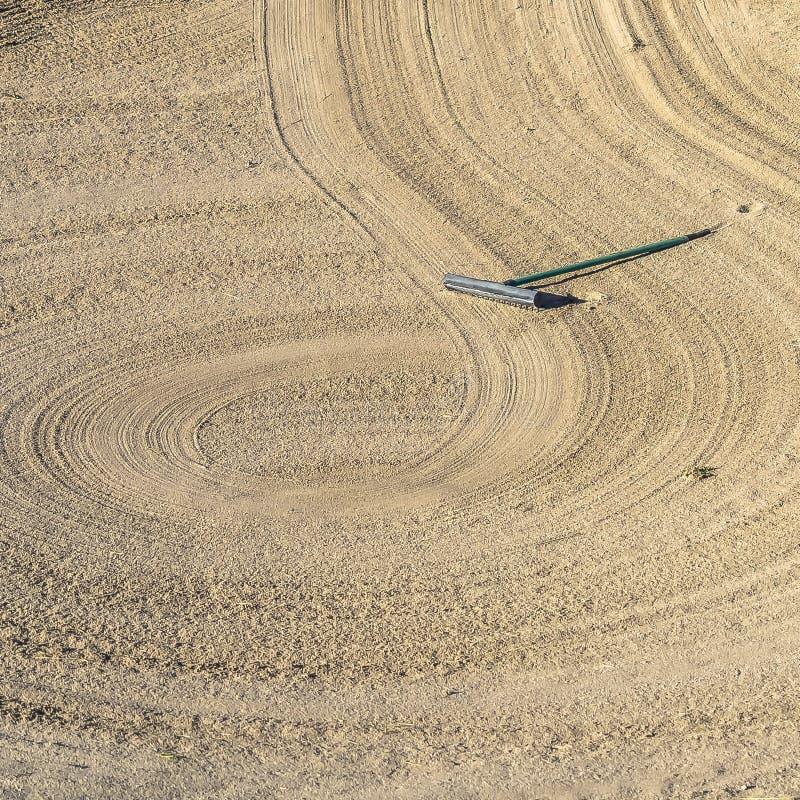 Place étroite de la soute de sable de terrain de golf avec un modèle circulaire créé par le râteau images libres de droits
