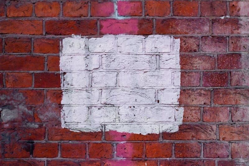 Place blanche sur le mur de briques image stock