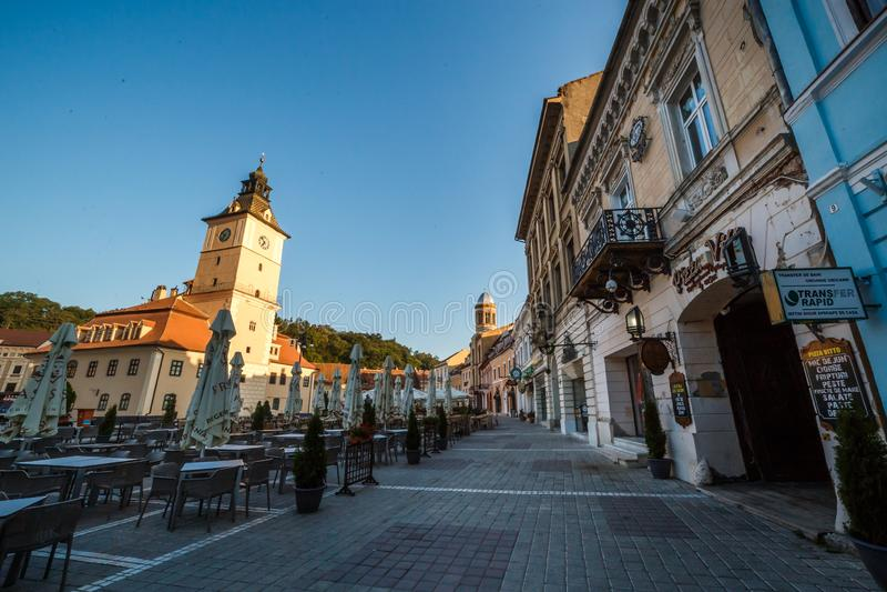 Place centrale de ville (Piata Sfatului) avec la vue de lever de soleil de matin de tour de hall de conseil municipal, emplacemen image stock