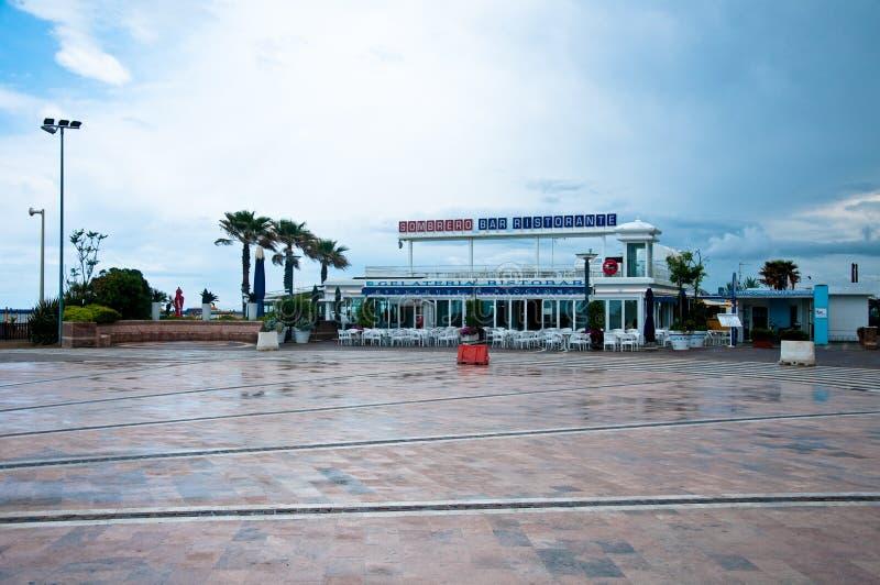 Place centrale sur le bord de mer du riccione un jour pluvieux photographie stock