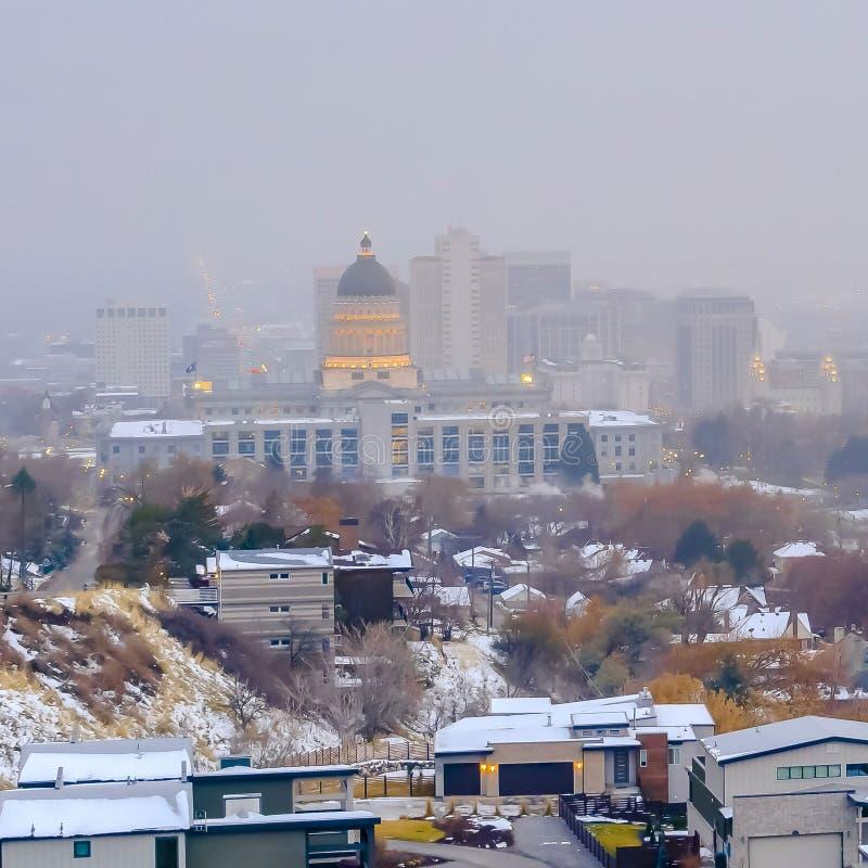 Place claire le centre ville populeux de Salt Lake City avec un fond flou de ciel en hiver images libres de droits