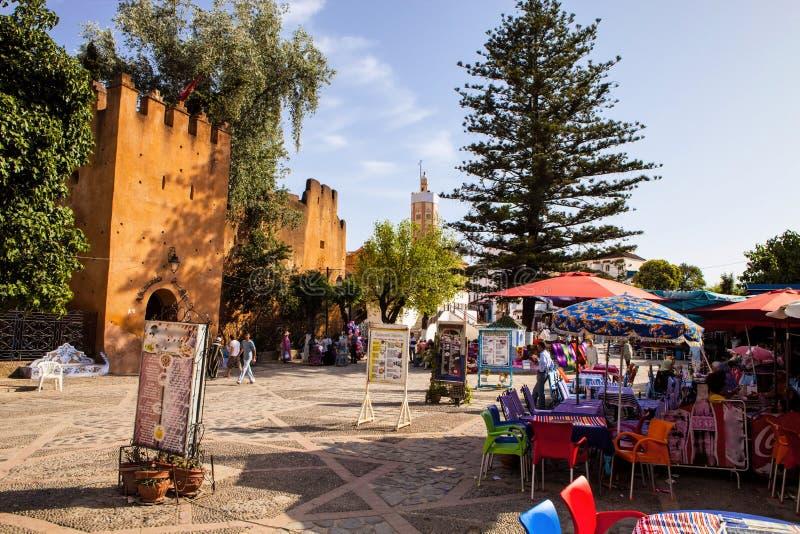 place colorée devant la mosquée, Chefchaouen, Maroc images libres de droits