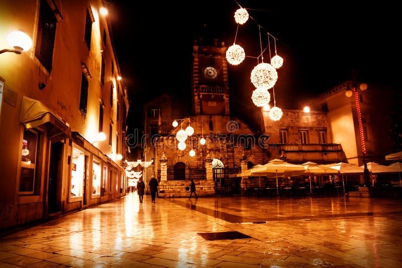 Place décorée par Noël devant l'église Sveti Lovro, Zadar, Croatie images stock