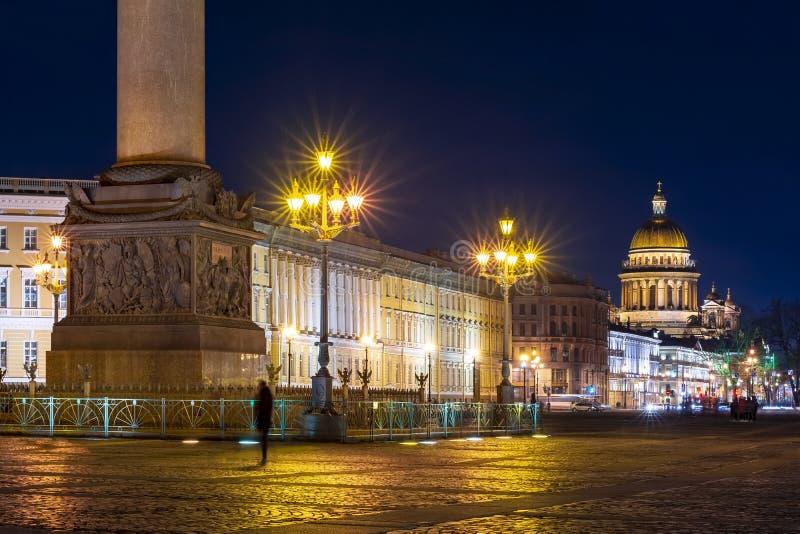 Place de cathédrale et de palais de St Isaac la nuit, St Petersburg, Russie image libre de droits